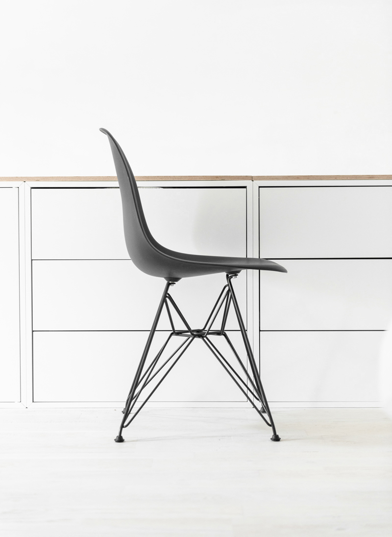 charles-and-ray-eames-black-dar-chair-04