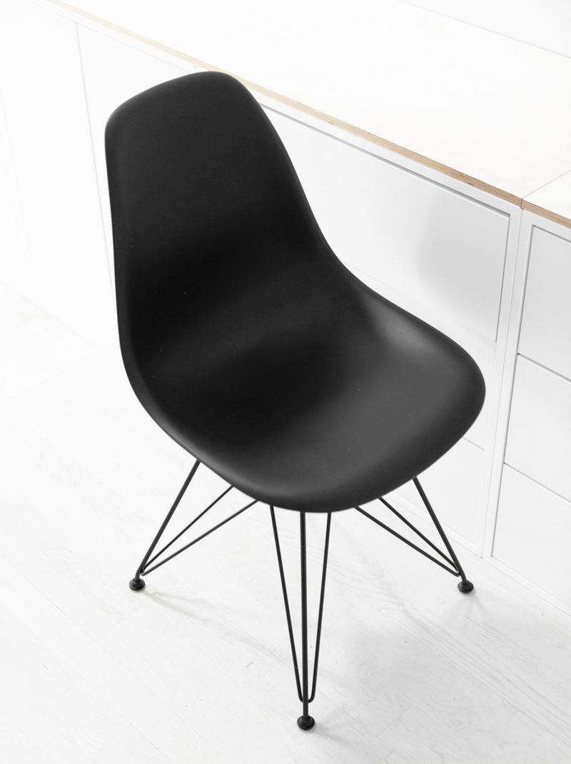 charles-and-ray-eames-black-dar-chair-05