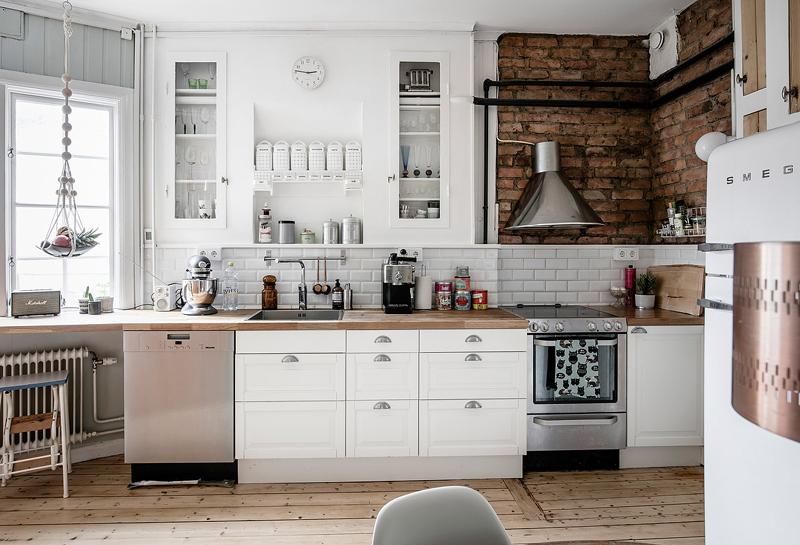 Keuken Industriele Smeg : Binnenkijken in een rustiek zweeds keukentje u woon
